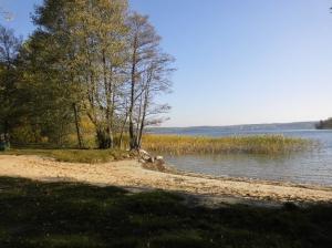 Der Badestrand mit sehr sichtem Ufer