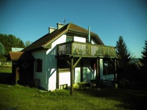 Ansicht von S/W mit Sonnenbalkon der Dachgeschosswohnung