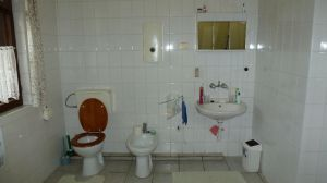 Badezimmer im Dachgeschoss, links Badewanne, nicht im Bild